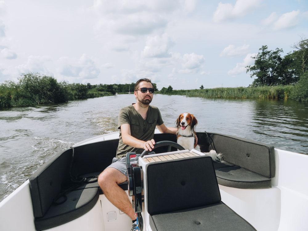 Met een bootje met de hond Nationaal Park De Alde Feanen verkennen - Woef Welkom